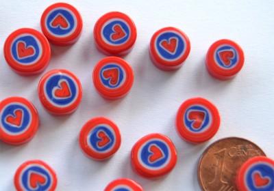 Millefiori rund Herz auf rot 7-12 mm 20g.- ca. 20St.