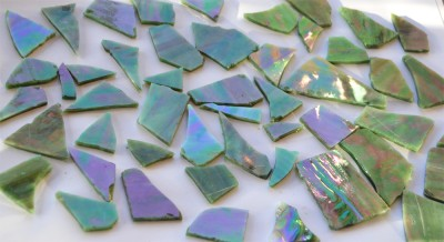 Tiffany Glas grün auf einer Seite irisierend 200g, ca. 20-30 St.