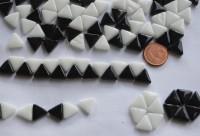 Mosaiksteine dreieckig Seitenlänge 1cm Mix-sch.weiß 30g ca.55 St