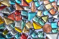 Glas Mosaiksteine unregelm. auffällige Struktur bunt 100g ca70St
