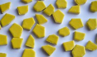 Bruchmosaik ca. 1-4cm frostsicher Keramik Stärke ca. 6mm gelb 200g ca. 35 St.